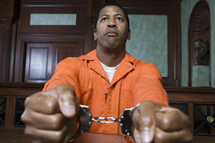 Criminoso algemado no tribunal Fotografia de Stock