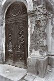 Cripta en el cementerio Puertas del hierro labrado Foto de archivo libre de regalías