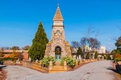 Cripta sulla strada trasversale sul cimitero di Oakland, Atlanta, U.S.A. Immagini Stock