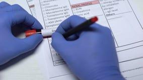 Criptococco, medico che controlla malattia nello spazio in bianco del laboratorio, mostrante campione di sangue in tubo archivi video