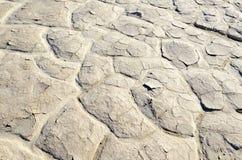 Criqué sec et durci lakebed dans le désert Photos stock