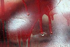 Criqué et s'égouttant la peinture rouge et blanche sur le métal grunge Photos libres de droits