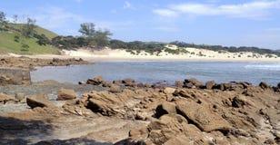 Crique abritée sur la plage du Transkei, rivage d'american national standard de plage de mer de roches image stock