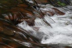 Crique débordante rapide en bas de la montagne Image libre de droits
