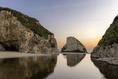 Crique d'aileron de requin se reflétant au coucher du soleil Images libres de droits