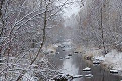 Crique d'hiver après chutes de neige fraîches Images stock