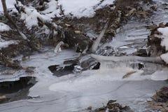 Crique dans le paysage gelé d'hiver image libre de droits