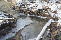 Crique dans le paysage gelé d'hiver images stock