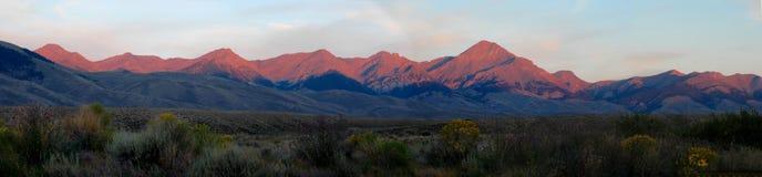Crique de bouleau de coucher du soleil de panorama de montagnes Image stock