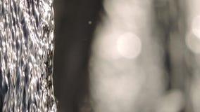 Crique de montagne, courant, cascade, pierres - fond débordant d'eau courante banque de vidéos