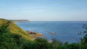 Crique de Porthlune dans la distance Chemin côtier de sud-ouest Les Cornouailles du sud image stock