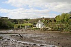Crique de Southpool avec des maisons et des champs accidentés en Devon Image libre de droits