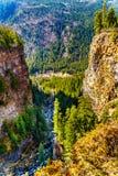 Crique de Spahats profondément dans le canyon des automnes de Spahats dedans AVANT JÉSUS CHRIST, le Canada images stock