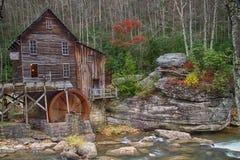 Crique Gristmill de clairière en défunt automne Image stock