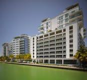 Crique indienne de Miami Beach avec la vue des condominiums Images libres de droits