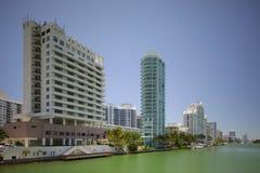Crique indienne de Miami Beach avec la vue des condominiums Photographie stock libre de droits