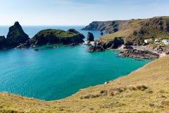 Crique les Cornouailles Angleterre R-U de Kynance la côte d'héritage de lézard avec la mer d'espace libre de bleu de turquoise Photos stock