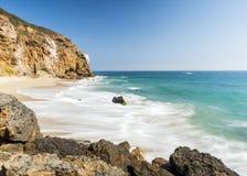 Crique Malibu de Dume, plage de Zuma, émeraude et eau bleue dans tout à fait une plage de paradis entourée par des falaises Criqu Photographie stock