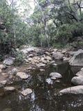 Crique naturelle avec des formations de roche images libres de droits