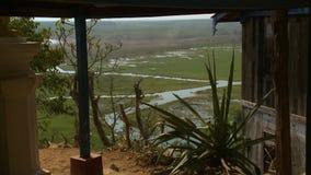 Crique serpentant par des champs d'herbe banque de vidéos
