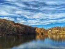 Crique spectaculaire un jour frais d'automne Photo stock