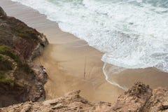 Crique sur la plage d'Almagreira avec un pêcheur de dimanche dans la côte occidentale portugaise centrale, dans Peniche Images stock