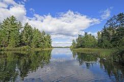 Crique tranquille dans le pays de canoë Image libre de droits