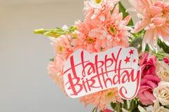 Crisântemos cor-de-rosa macios e cartaz do feliz aniversario flores bonitas com um quadro indicador do texto Cartão do feliz aniv Imagem de Stock Royalty Free