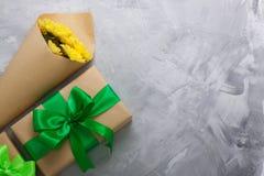 Crisântemos do amarelo do ramalhete da caixa de presente no backgrou concreto cinzento Imagens de Stock Royalty Free