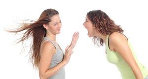 Cris de femme fâchés à un autre Photo stock
