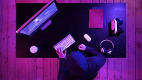 Cris de Gamer devenant fous de la défaite dans le jeu vidéo frappant la table avec son poing photographie stock