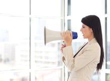 cris de mégaphone de femme d'affaires photographie stock libre de droits