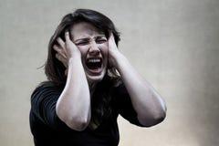 Cris fâchés de jeune femme Images libres de droits