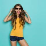 Cris heureux de jeune femme Photographie stock
