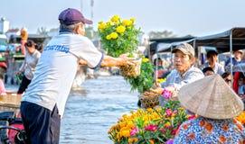 Crisantemi di vendita degli agricoltori sul fiume Fotografia Stock Libera da Diritti