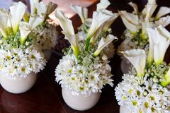 Crisantemi e calle bianchi in vasi per la cerimonia di nozze immagini stock libere da diritti