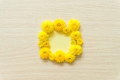 Crisantemo giallo su un fondo di legno, spazio libero fotografia stock libera da diritti