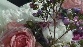 Crisantemos blancos con descensos del agua en el sol de la ma?ana Ramo fabuloso de flores Primer almacen de metraje de vídeo