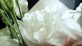 Crisantemos blancos con descensos del agua en el sol de la ma?ana Ramo fabuloso de flores Primer