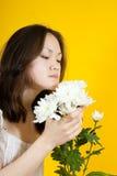 Crisantemos del blanco del whith de la mujer joven Imagen de archivo libre de regalías