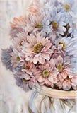 Crisantemos en un florero de cristal Fotografía de archivo