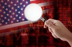 Crise aux Etats-Unis avec la main tenant la loupe Images libres de droits