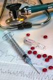 Crise cardiaque - injection de secours de l'adrénaline images libres de droits
