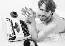 Crise da faculdade criadora Livro de funcionamento do roupa de cama da cama da configura??o do escritor do homem Antiquado usado  fotos de stock