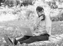 Crise de créativité Le visage réfléchi de Blogger créent le contenu Blogger de hippie avec le fond de nature d'ordinateur portabl image libre de droits