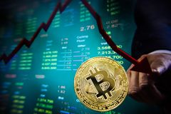 Crise de Cryptocurrency na tela virtual Quedas de Bitcoin e de Ethereum imagem de stock