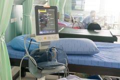 Crise de patients se situant au coeur de tension artérielle de machine d'électrocardiogramme de lit Image stock