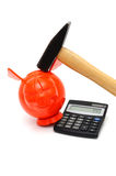 Crise financeira com mealheiro, calculadora, martelo imagem de stock royalty free