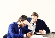 Crise financière, dette de crédit, faillite Les hommes dedans avec les visages fatigués et inquiétés ont lu des informations comm image stock