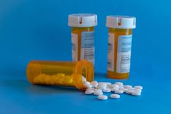 Crisi dell'oppioide - bottiglia aperta degli antidolorifici di prescrizione Assistenza sanitaria statale, dose eccessiva Fotografie Stock Libere da Diritti